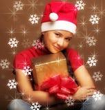 Vrouw in de hoed van de Kerstman met heden in handen Royalty-vrije Stock Foto
