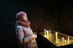 Vrouw in de Kerk van Heilige Hripsime royalty-vrije stock afbeeldingen