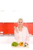 Vrouw in de keuken Royalty-vrije Stock Fotografie