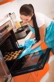Vrouw in de koekjes van het keukenbaksel. Royalty-vrije Stock Foto