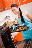 Vrouw in de koekjes van het keukenbaksel. Stock Foto
