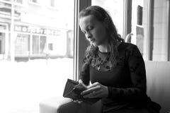 Vrouw in de koffie Stock Afbeeldingen