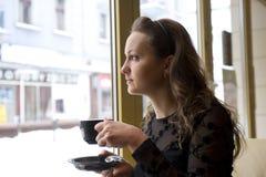 Vrouw in de koffie royalty-vrije stock foto's