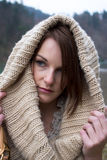 Vrouw in de Koude met een Scarfe Stock Foto's