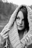 Vrouw in de Koude met een Scarfe Stock Afbeeldingen
