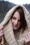Vrouw in de Koude met een Scarfe Royalty-vrije Stock Afbeeldingen