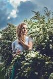 Vrouw in de lentebloesem Jonge natuurlijk mooie vrouw dichtbij Th stock foto's