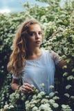 Vrouw in de lentebloesem Jonge natuurlijk mooie vrouw dichtbij Th stock foto