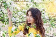 Vrouw in de lentebloesem Jonge natuurlijk mooie vrouw dichtbij Th Stock Afbeelding