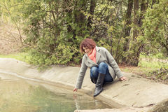 Vrouw in de lentepark royalty-vrije stock afbeelding