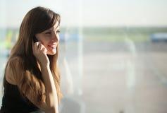 Vrouw in de luchthaven Stock Fotografie