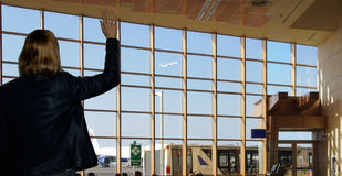 Vrouw in de luchthaven Stock Foto's