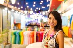 Vrouw in de markt van de nachtstraat royalty-vrije stock fotografie