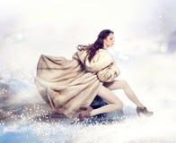 Vrouw in de Nertsmantel van het Bont Stock Fotografie