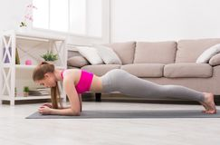 Vrouw de opleidingsyoga in plank stelt royalty-vrije stock foto