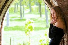 Vrouw in de oude tuin Royalty-vrije Stock Foto's