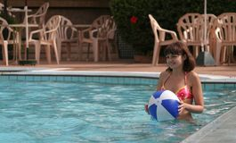 Vrouw in de pool stock foto's