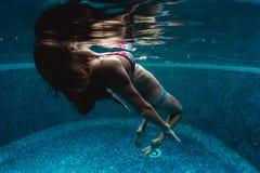 Vrouw in de pool Stock Foto