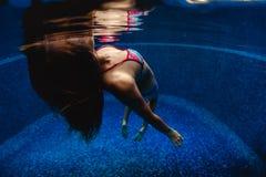 Vrouw in de pool Stock Afbeelding
