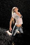 Vrouw in de regen Stock Afbeeldingen