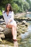 Vrouw in de rivier royalty-vrije stock afbeelding