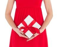 Vrouw in de rode gift van de kledingsholding Stock Foto's