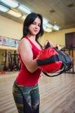 Vrouw de spier van opleidingsbicepsen met zware zak Royalty-vrije Stock Foto's