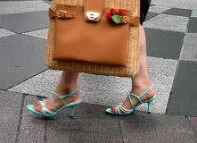 Vrouw in de stad Stock Foto