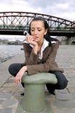 Vrouw in de stad Stock Foto's
