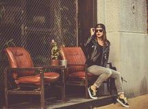 Vrouw in de straatkoffie Stock Afbeelding
