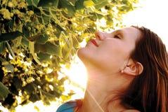 Vrouw in de stralen van een zon Stock Fotografie