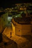 Vrouw in de straten van Matera Stock Foto's