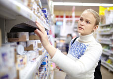 Vrouw in de supermarkt. stock foto's