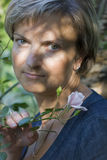 Vrouw in de tuin Stock Foto