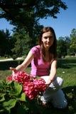 Vrouw in de tuin Stock Foto's