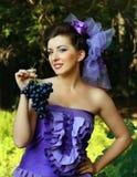 Vrouw in de violette druiven van de manierkleding Royalty-vrije Stock Foto's