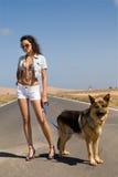 Vrouw in de weg met haar hond Stock Foto