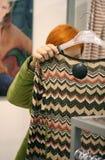 Vrouw in de winkel van Kleren stock fotografie