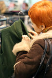Vrouw in de winkel van Kleren royalty-vrije stock foto