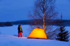 Vrouw in de winter het kamperen Royalty-vrije Stock Afbeeldingen