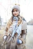 Vrouw in de winterkleren royalty-vrije stock afbeeldingen