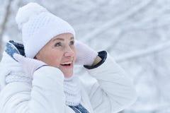 vrouw in de winterkleren het stellen royalty-vrije stock foto's