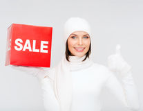 Vrouw in de winterkleren met rood verkoopteken Stock Fotografie