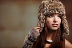 Vrouw in de winterlaag. Stock Foto's