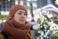 Vrouw in de winterstad bij nacht royalty-vrije stock foto