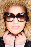 Vrouw in de winteruitrusting Royalty-vrije Stock Afbeeldingen