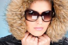 Vrouw in de winteruitrusting Royalty-vrije Stock Afbeelding