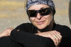 Vrouw in de Woestijn Stock Afbeeldingen