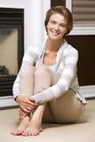 Vrouw in de woonkamer Stock Foto's