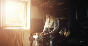 Vrouw in de workshop van de pottenbakker stock video